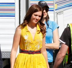 MandyMoore_ABCsitcom_Fashion2